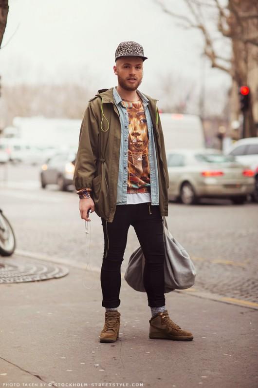 street-style-streetstyle-paris-look-rua-semana-moda-fashion-uomo-masculino-men-special-detalhes-details-boné-fashionista-parka-camisa-jeans-camiseta-estampado-sacola-tenis-nike-calça-legging-preto-verde-azul-cinza-bege-682x1024