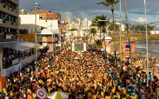 Foliões-no-carnaval-de-Salvador-Bahia