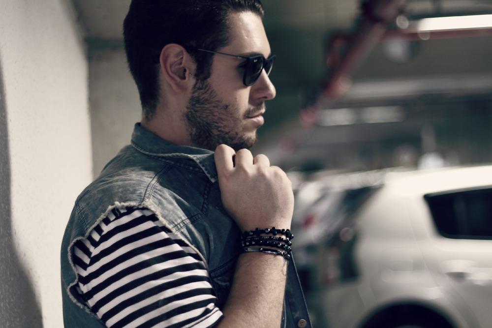 look do dia pulseiras e colete jeans blog masculino moda
